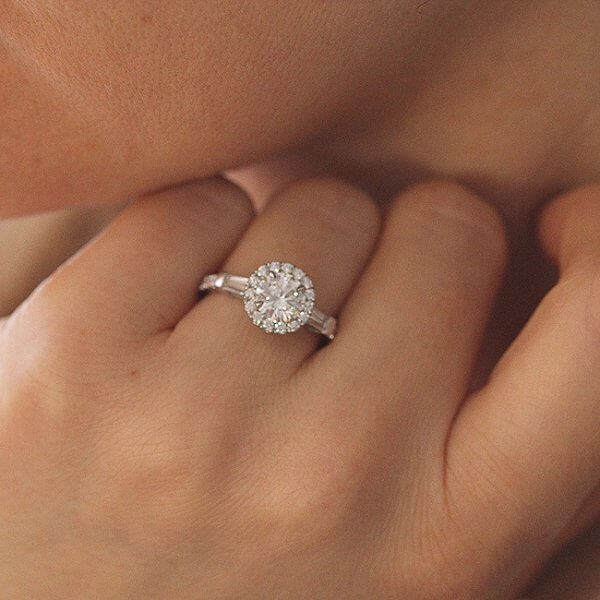 Elegant, modern Diamond Engragement Ring with Moissanite center