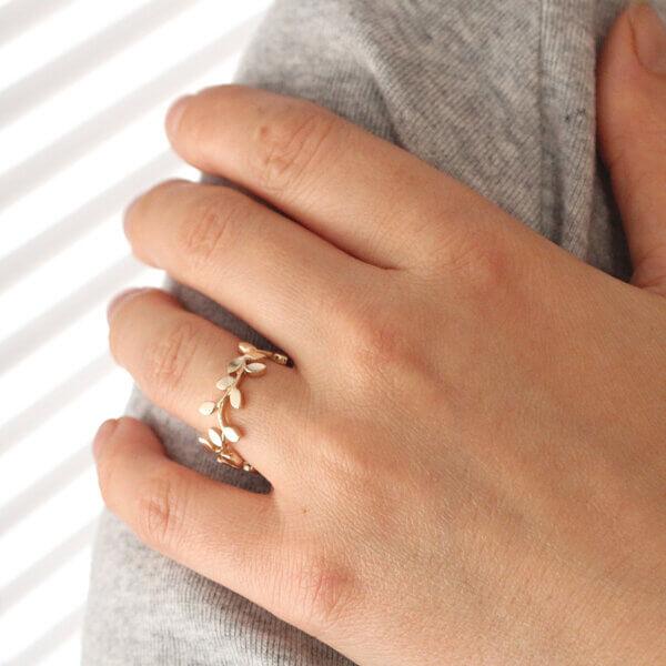Vine twig branch gold wedding ring by OroSpot